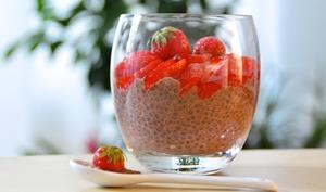 Crème dessert au chocolat, fraises et graines de chia
