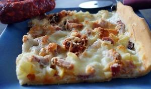 Pizza jambon crème chorizo lardons