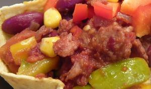 Chili sin carne en coque de tortilla