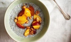 Bol de Chia aux pêches, prunes et noisettes