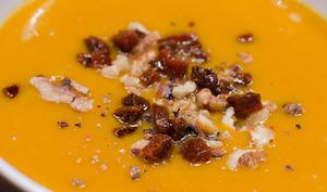 Velouté de courge butternut parsemé de noix et de chorizo
