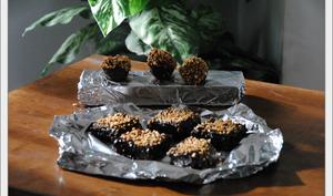 Petits carrés et sphères au chocolat