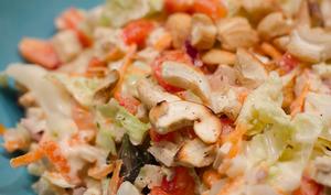 Salade de chou chinois aux noix de cajou grillées et au tofu