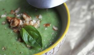 Crème de brocolis au bleu et miettes de noix