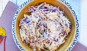 Salade coleslaw aux deux choux et baies roses