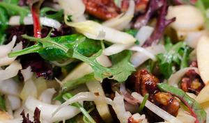 Salade d'endives à la pomme et aux noix de pécan caramélisées