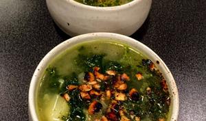 Soupe de kale et pommes de terre, noisettes grillées