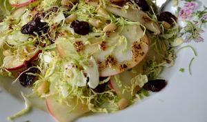 Salade aux choux de Bruxelles râpés et pommes