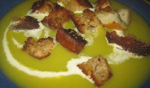 Soupe de poireau, pommes de terre et croûtons dorés au beurre