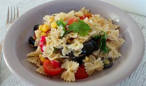 Salade de pâtes aux olives, tomates, maïs, radis