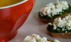 Soupe de carottes à l'orange et tartines de pesto de fanes à la feta