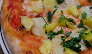 Pizza à la mangue, au chèvre et au basilic