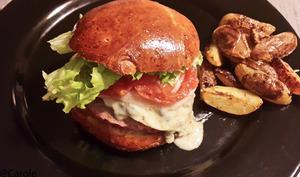 Burger au boeuf et sauce au bleu