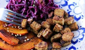 Tempeh et potimarron rôtis, salade au chou rouge