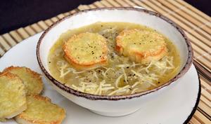 Soupe aux oignons et toasts grillés au gruyère