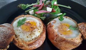 Oeufs cocotte au gorgonzola dans des petits pains