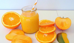 Smoothie orange, kaki et mangue