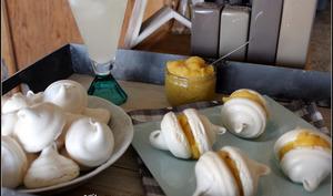 Mini meringues comme des baci di dama , fourées au lemon curd