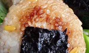 Onigiri de maïs grillé à la sauce soja