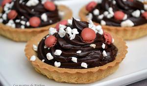 Tartelettes au chocolat noir, crumble de meringue et drops de macarons à la framboise