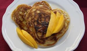 Pancakes à la noix de coco, mangue et sirop de lime