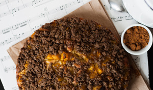 Crumb cake de mangue au macis & sarrasin
