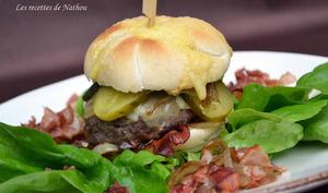 Burger au lard fumé, comté et oignons confits au balsamique ...