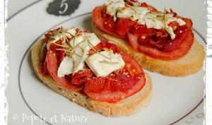 Tartines à la tomate, aux pimientos del piquillo, à la feta et au romarin