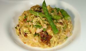 Pastasotto de pâtes grecques aux crevettes et asperges vertes