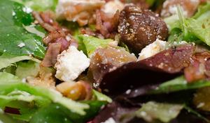 Salade à la feta, aux noix et aux marrons