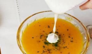Soupe aux carottes gingembre, citron et sa crème aux noix de cajou