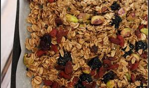 Granola maison végan et léger en gluten aux pistaches, cranberries, baies de goji et cerises séchées