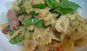 One pot pasta de Farfalle, chipolata poivron rouge, pousses d'épinard et piment doux