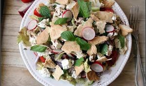 Samboussek bi jibneh et salade fatouche