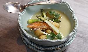Bouillon de pommes de terre gambas et asperges vertes