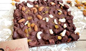 Tablette de chocolat au lait façon rocky road aux raisins secs, amandes et noix de cajou