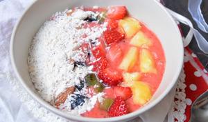 Smoothie bowl à la fraise, kiwi et ananas au gingembre