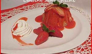 Charlottes gourmandes individuelles et son coulis de fraises.