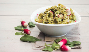 Salade de pâtes au concombre, radis et pesto de fanes