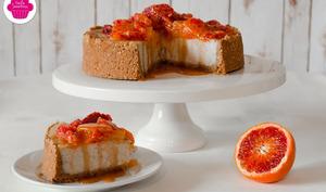 Cheesecake à la vanille avec des oranges sanguines et du caramel sur une base biscuitée aux noisettes