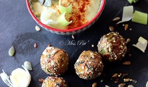 Boulettes au tempeh, houmous d'haricots blancs au poireau