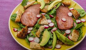Salade d'épinards à l'avocat et au bacon