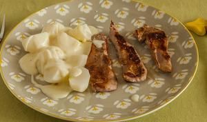 Aiguillettes de canard aux navets et à la sauce blanche