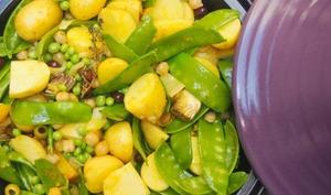 Tajine en mode végan aux légumes de printemps.