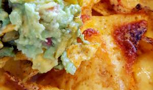 Nachos gratinés au cheddar et guacamole