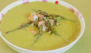 Soupe de fèves, asperges vertes et crevettes marinées
