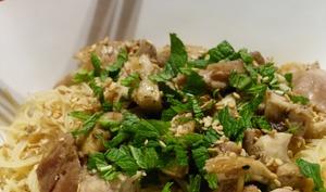 Nouilles de riz au poulet et au sésame