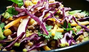 Chou rouge et pois chiches en salade, sauce aux graines de potiron