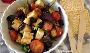 Salade express à la feta marinée au soja, tomates , cerises séchées et noix