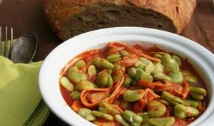 Fèves à la sauce tomate et au jambon